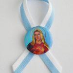KOKARDKA MARYJNA Z PRZYPINKĄ MARYJA NA NIEBIESKIM TLE PROFIL