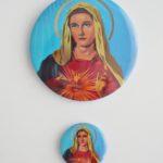 PRZYPINKA MARYJA NA NIEBIESKIM TLE MAŁA I DUŻA