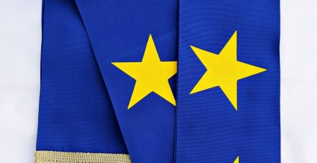 szarfa w barwach unii europejskiej